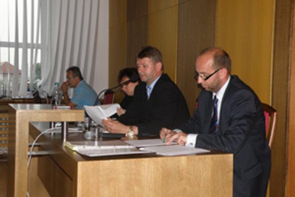 Primátor Miroslav Minárčik (v strede). Poslanci mu schválili plat vyše tritisíc eur.
