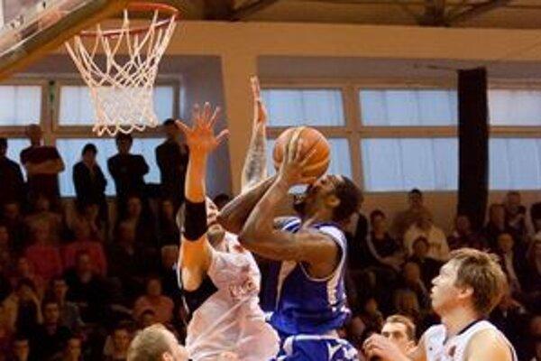 Justin Carter (vo výskoku s loptou).