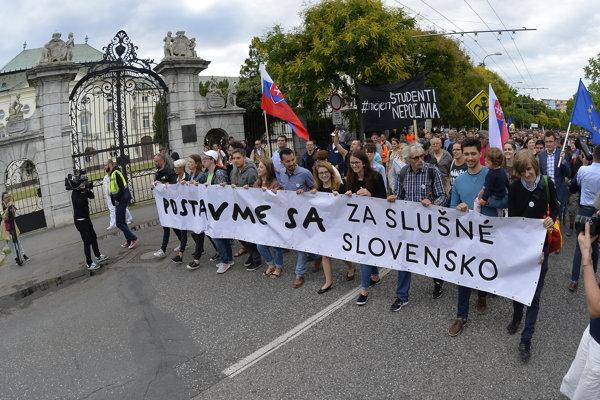 Účastníci pochodu Za slušné Slovensko v Bratislave.