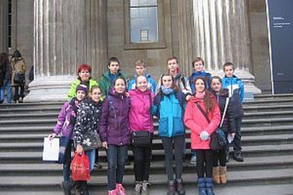 Skupinka malých cestovateľov pre vstupom do britského múzea.