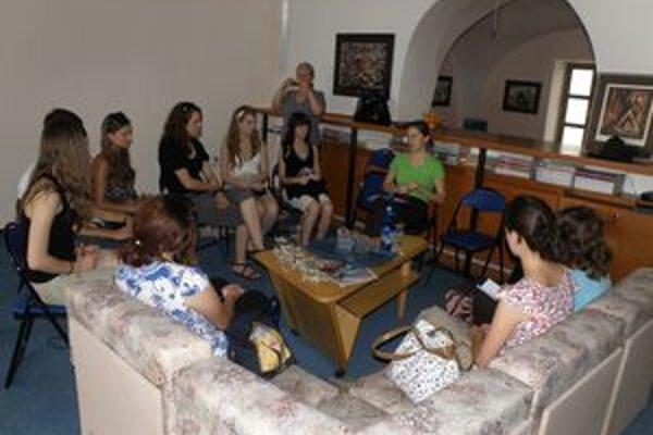 Študentov zasväcje do tajov žurnalistiky riaditeľka mediálnej agentúry Monika Janigová.