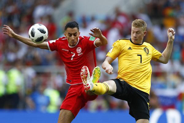Belgičan Kevin De Bruyne (vpravo) bojuje o loptu s Tunisanom Saifeddinem Khaouim.