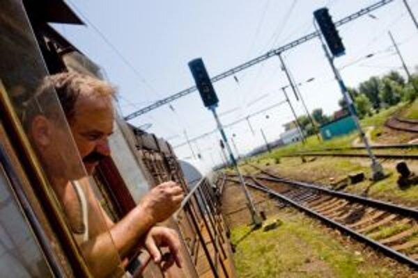 Po horúčavách komplikujú železničiarom život búrky.