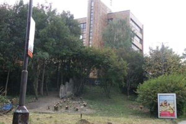 Pod mestským úradom v parku Na studničkách sa vraj ukrývali bezdomovci. Mesto preto vyzvalo vlastníka pozemku, aby urobil poriadok. Práve tu, v parku v centre, má vyrásť kontoverzná polyfunkčná budova.