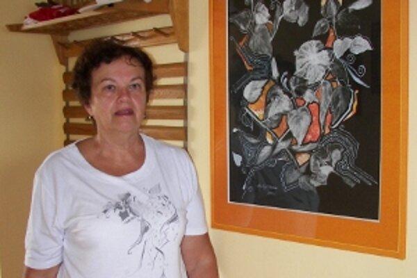 Janka Matejčíková pri jednom zo svojich vlastných obrazov.