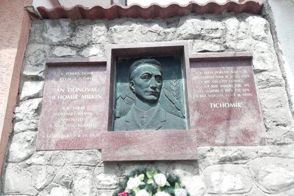 Pamätná tabuľa Jána Donovala v obci.