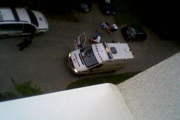Pohľad z okna bytovky na miesto tragédie. K postreleným prišli práve záchranári.