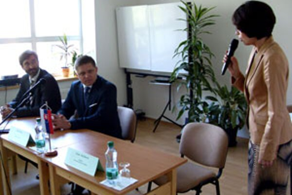 Robertovi Ficovi (v strede) robil spoločnosť aj Juraj Blanár (vľavo).