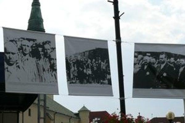Fotografie z výstavy Auschwitz sú zavesené na lanách na Hlinkovom námestí.