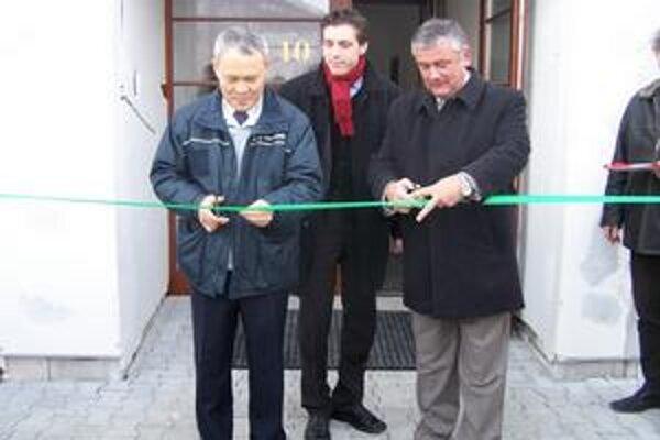 Kórejskú dedinu otvárali v roku 2006 šéf SNS Ján Slota a riaditeľ Kia Motors Slovakia In Kyu-Bae.