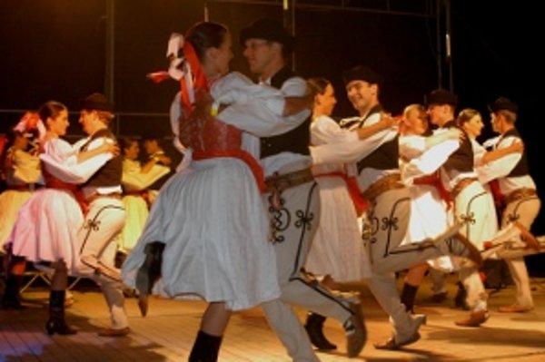 Folklórny súbor Rozsutec sa predvedie v celovečernom programe.