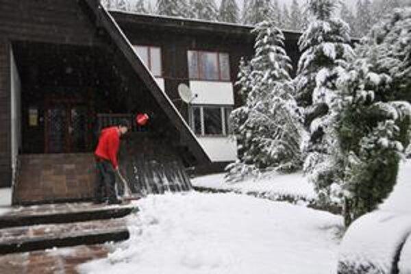 Na Zverovke na Orave dnes už odhŕňali sneh.