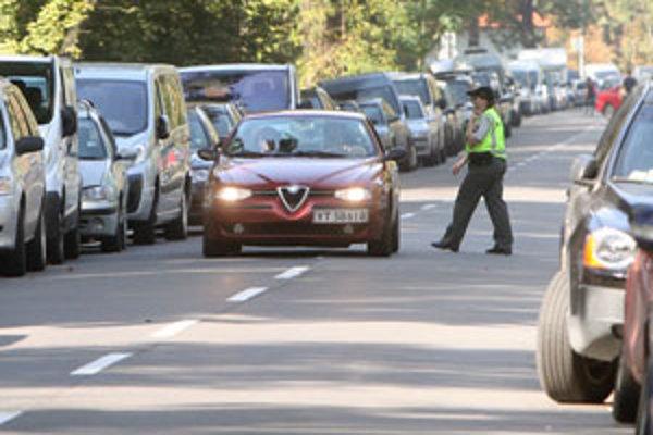 Polícia v pondelok kontroluje vodičov často.