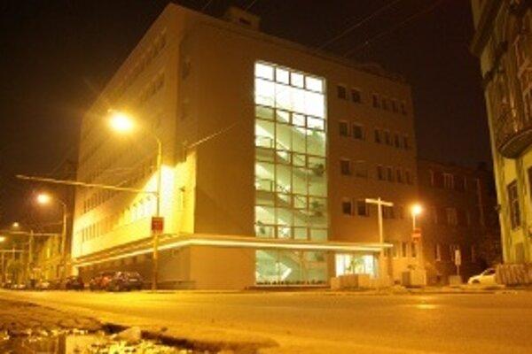 Budova prokuratúry v noci. Nočné svietenie stojí mesačne 19 €.