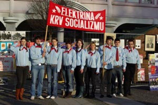 Členovia ODM ako pionieri na Mariánskom námestí v Žiline.