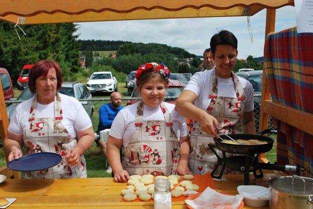 Družstvo Silná trojka v zastúpení Márie Hazuchovej, Tatiany Hazuchovej a Alžbetky Murínovej si prichystali zemiakové kroketky plnené údeným mäsom s kyslou kapustou