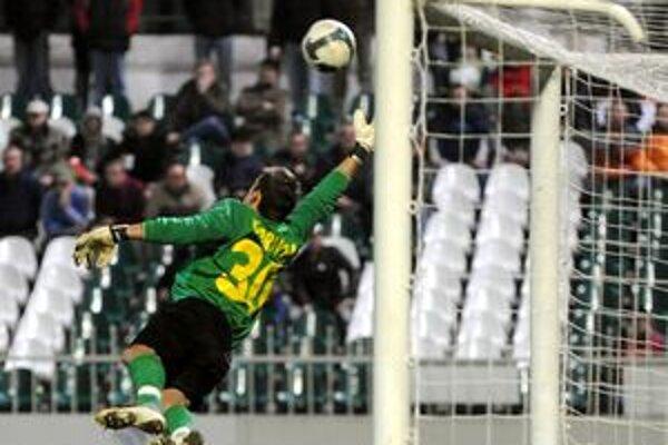 Zákrok žilinského gólmana Martina Dúbravku v poslednom zápase minulého roka v Prešove.