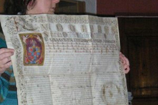 Jana Kurucárová ukazuje jednu z hodnotných listín.