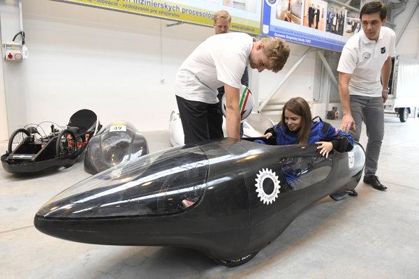 : Na snímke pilotka Jana Duchnovská vo vozidle, ktoré navrhli a zostrojili študenti Strojníckej fakulty Technickej univerzity Košice.