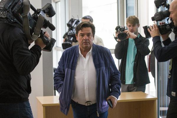 Marian Kočner prichádza 16. apríla 2018 na zmenkový súd s Pavlom Ruskom a televíziou Markíza.