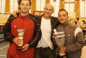 Martin Tiso (vľavo) s cenou za 2. miesto na turnaji vo svojom francúzskom domove.