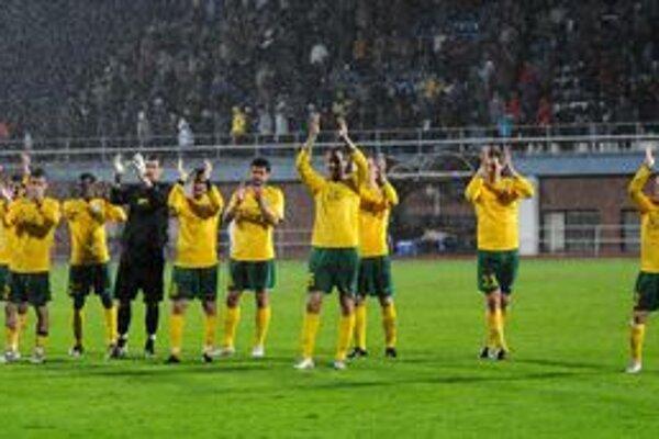 Žilinskí hráči ďakujú fanúšikom po zápase 31. kola futbalovej Corgoň Ligy MFK Dubnica - MŠK Žilina 1:1, 5. mája 2010 v Dubnici nad Váhom.