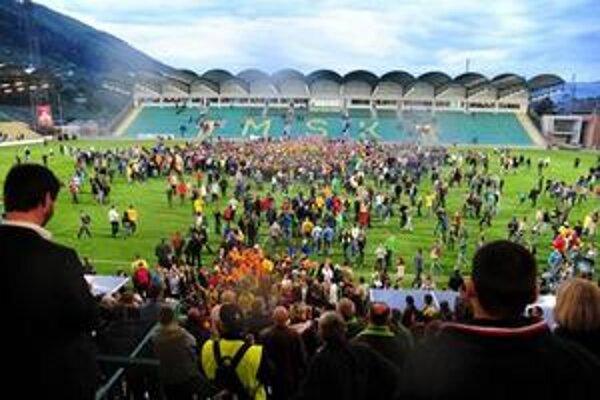 Žilinskí futbalisti oslavujú so svojimi fanúšikmi.
