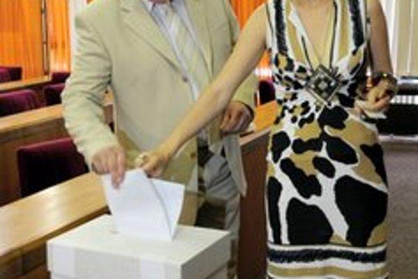 Predseda Slovenskej národnej strany (SNS) Ján Slota odovzdal svoj hlas vo voľbách do Národnej rady (NR) SR v sprievode manželky Ľubomíry na Mestskom úrade v Žiline 12. júna 2010.