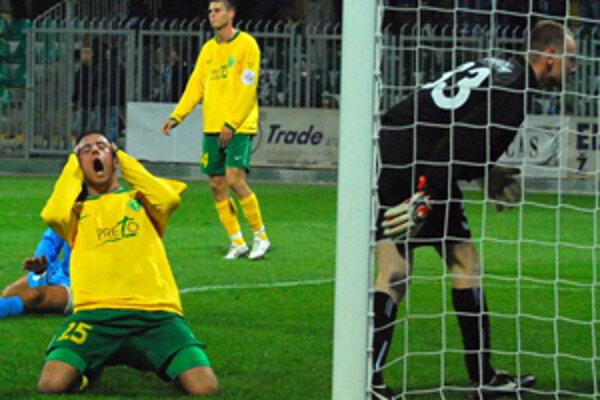 Žilinskí futbalisti mohli vprvom polčase vyhrávať podstatne väčším ako jednogólovým rozdielom. Admir Vladavič (vľavo) po jednej zo zahodených šancí, vzadu  je  najlepší žilinský strelec Peter Štyvar.