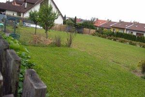 Bytový dom plánovaný na tomto pozemku má vraj siahať len meter od susedných pozemkov.