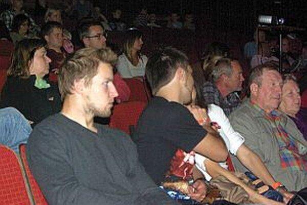 Aj na štvrtkové prezentácie a filmy prišlo dosť divákov. V sobotu bola sála kina Mier celkom plná.