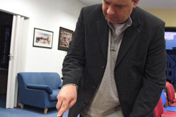 Tortu s motívom prílohy MY Žilinčania na záver večera slávnostne rozkrájal generálny riaditeľ vydavateľstva Petit Press Alexej Fulmek.
