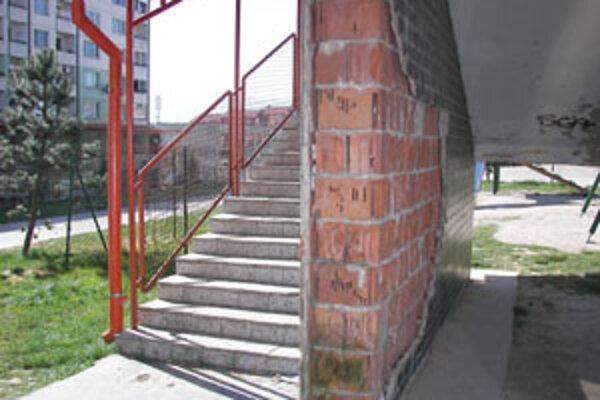 Oporný múr na schodoch na Baničovej ulici na Hájiku sa rozpadáva. Finančne náročnú opravu by však museli zaplatiť vlastníci bytov z fondu opráv, a tak sa im do toho príliš nechce.