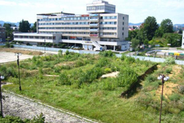 Mesto má podľa hovorcu Martina Barčíka záujem o investíciu Auparku v Žiline. Nie však na Štúrovom námestí. Jednou z možných alternatív je práve asanačné pásmo za Vuralom. Na Štúrovom námestí sa už niekoľko mesiacov nepracuje a mesto podalo žalobu na určen