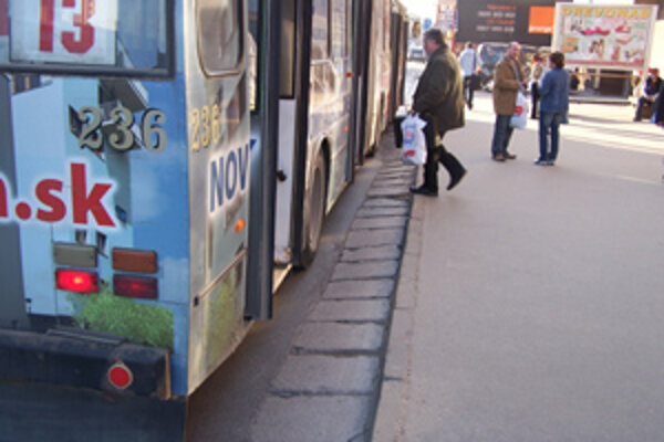 Zastávka MHD pred železničnou stanicou spôsobuje starším ľuďom a invalidom problémy pri nastupovaní a vystupovaní z vozidiel.