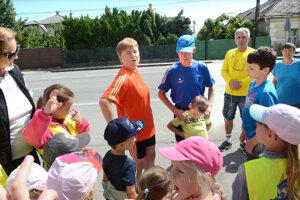 Petr Kuchař (v modrom tričku) s manželkou Vérou (v oranžovom) vyštartovali v pondelok dopoludnia zo Sene.
