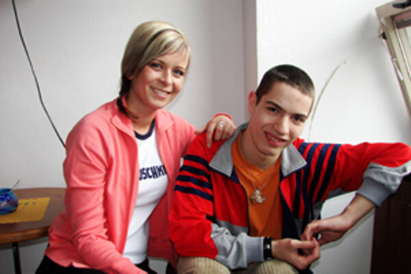 Mirko sa snaží využiť každú voľnú chvíľku na šport, maľovanie alebo iné záujmy. Na fotke je spolu s jednou z vychovávateliek Domova sociálnych služieb v Žiline.