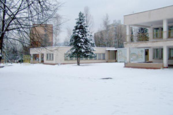 Škôlku na ulici V. Javorku oficiálne kúpila a v súčasnosti sa snaží predať firma, ktorej konateľkou je študentka a dcéra bývalého mestského poslanca Ľudovíta Ďuratného.