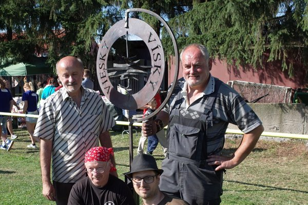 Štyria kováči so svojím dielom.