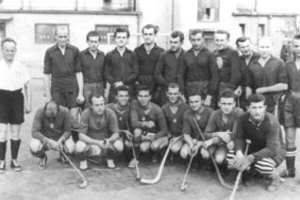 Pozemní hokejisti TJ Sokol Žilina v roku 1950 pred ligovým stretnutím.
