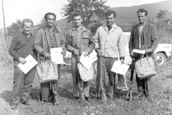 Strelecký oddiel Zväzarmu Žilina v roku 1964. Zľava: Viktor Vaščík, František Trojan, Jaroslav Kraus, Arnošt Gajdúšek, František Labuda.