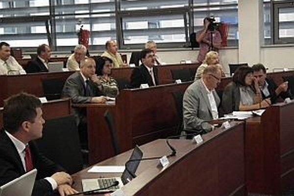 O rozpočte bude zastupiteľstvo po stiahnutí troch podpisov poslancov koalície Smer - HZDS rokovať až v septembri.