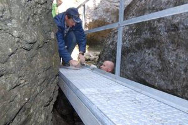 Na rekonštrukcii chodníkov a rebríkov v Dierach sa podieľali dobrovoľníci.