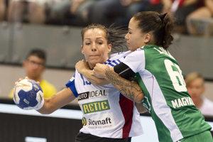 Mária Holešová (s loptou) v reprezentačnom drese v zápase proti Maďarsku.