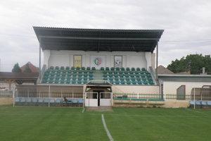 Stará tribúna na štadióne v Tvrdošovciach