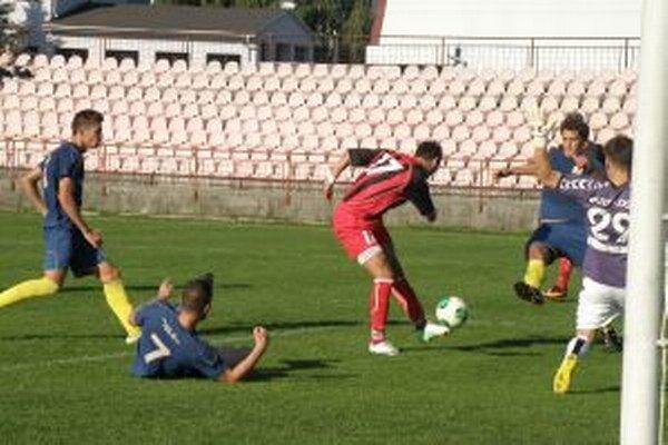 Brezničan (v červenom) mal najväčšiu šancu Púchova, ale jeho strelu z päťky D. Bartalos zneškodnil.
