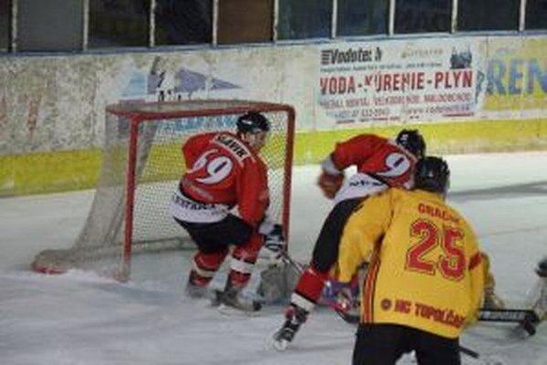 Slávik (vľavo v červenom) patrí medzi opory Pov. Bystrice.