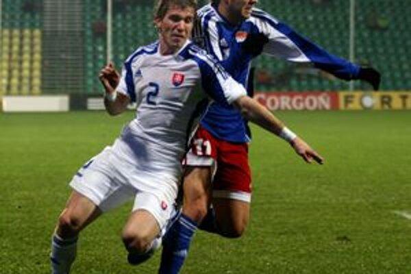 Žilinčan Peter Pekarík v bielom reprezentačnom drese.