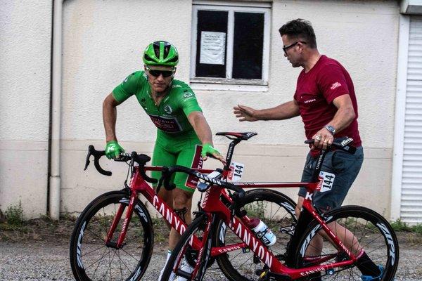 Nemecký cyklista Marcel Kittel počas výmeny bicykla v 2. etape na Tour de France 2018.