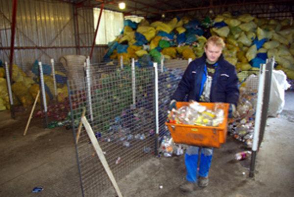 Zamestnanci najprv roztriedia fľaše podľa farby, potom ich zlysujú a zviažu do 40-kilogramových balíkov.